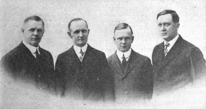 Учредители Harley-Davidson Motor Company: Уильям Дэвидсон, вице-президент и руководитель работ; Уолтер Дэвидсон, президент и генеральный директор; Артур Дэвидсон, секретарь и менеджер по продажам; Уильям Харли, бухгалтер и главный инженер. Декабрь 1920