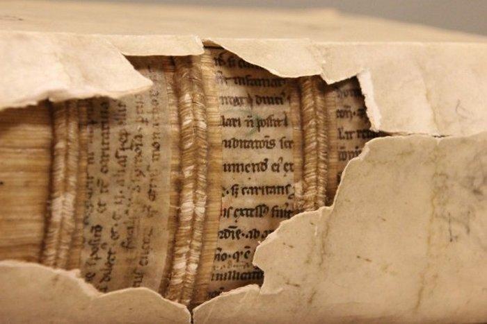 Скрытый текст: средневековая библиотека.
