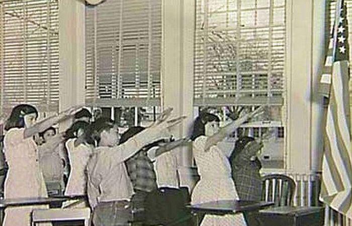 Нацистское приветствие перед звездно-полосатым флагом.