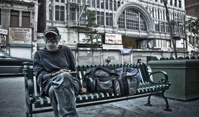Бедность, отсутствие доступного жилья, и безработица.