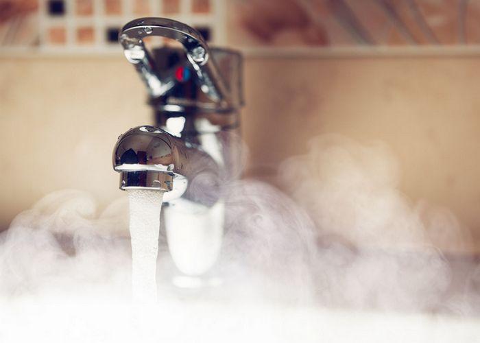 Горячая вода предотвращает акне и прыщи.