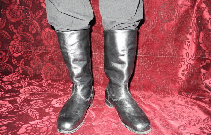 Хромовые сапоги: чем офицерская обувь отличалась от солдатской кирзовой
