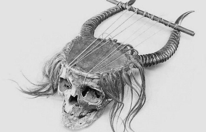 Человеческий череп. Лира.