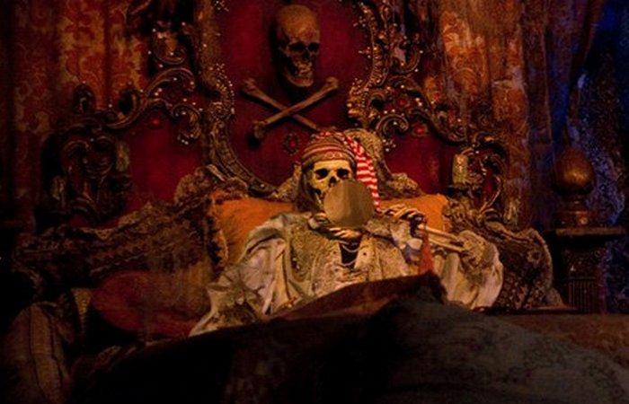 Человеческий череп. Аттракцион «Пираты Карибского моря».
