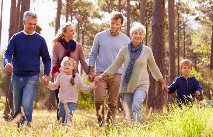 Семейная прогулка на природе.