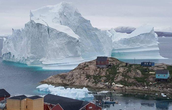 Деревне угрожает айсберг.
