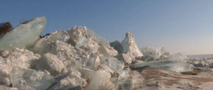 Лед сгоняло ветром.