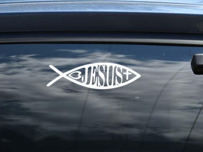На машины эти символы крепят верующие люди. ¦Фото: wikiwand.com.