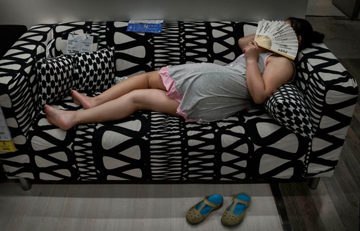 На любом диване можно подремать.