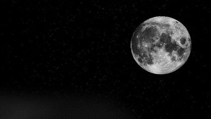 Не до конца понятно: почему Луна лишком большая.