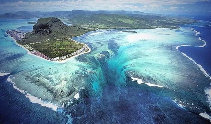 Невероятное природное явление: подводный водопад.