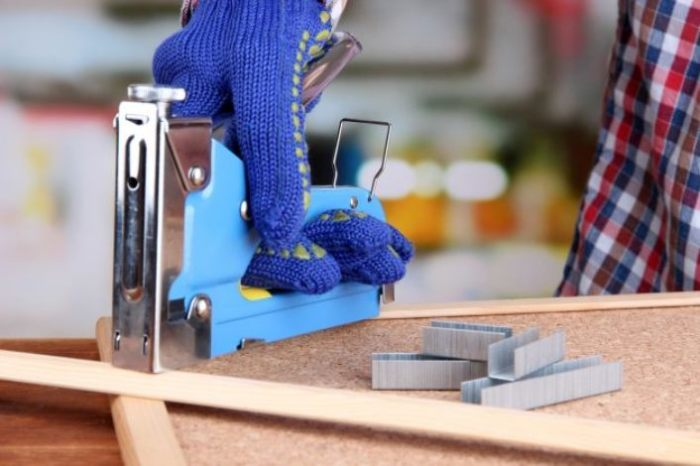 Без такого строительного степлера мебель чинить сложно.