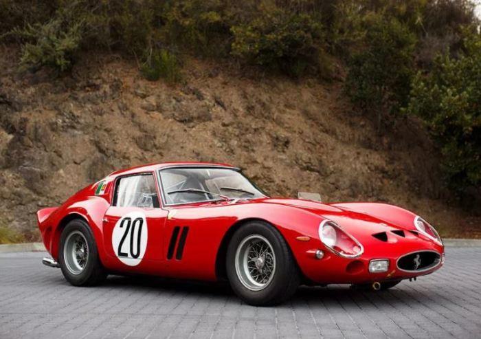Автомобиль Ferrari 250 GTO настоящая легенда трека.