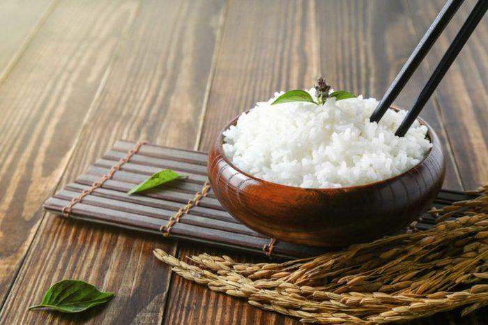 Необходимо знать: никогда не ставьте палочки в рис.