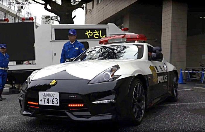 Крутые и быстрые автомобили на которых вершат суд японские полицейские.