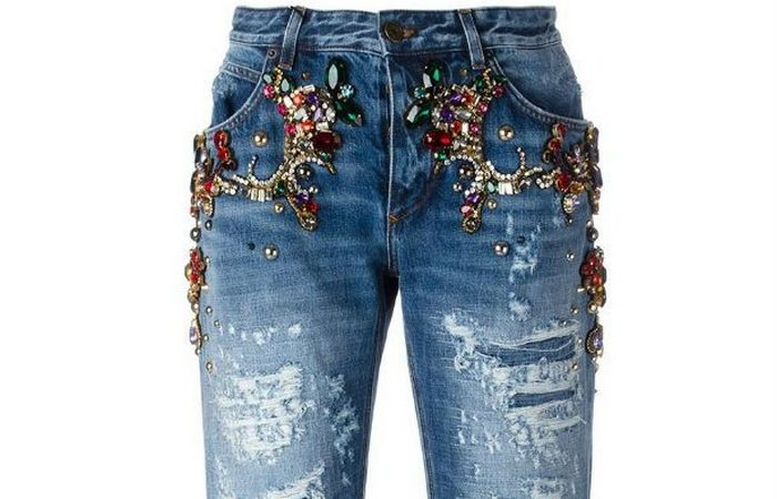Джинсы «Boyfriend Fit Jeans With Jewel Application».