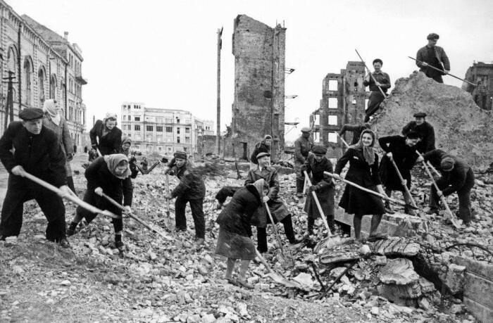 После войны нужно было восстанавливать буквально все. |Фото: Twitter.