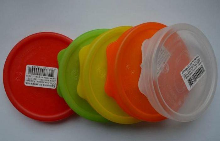 Крышки пластиковые, баночные. /Фото: krupnomu.ru.