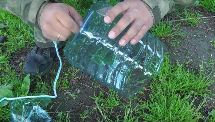 Делаем отверстие под веревку. ¦Фото: youtube.com.