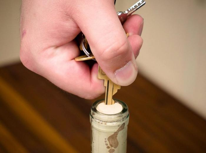 Вставляем ключ в пробку под углом. |Фото: fb.ru.