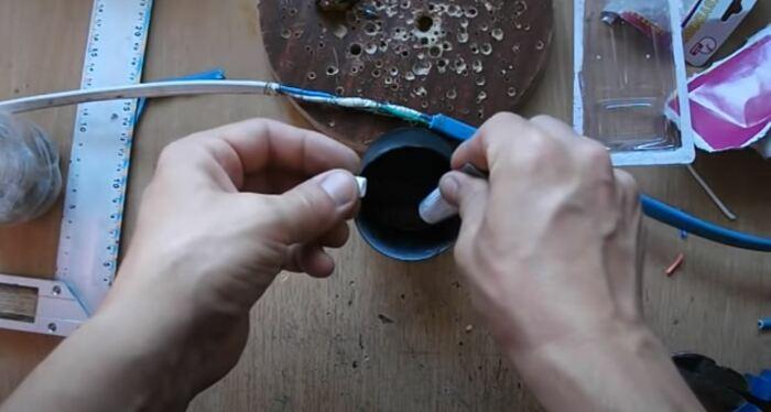 Обрабатываем смолой или клеем. ¦Фото: youtube.com.