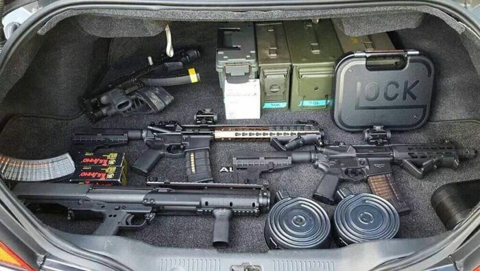 В отношении оружия в машине действуют жесткие законы. |Фото: drivenn.ru.