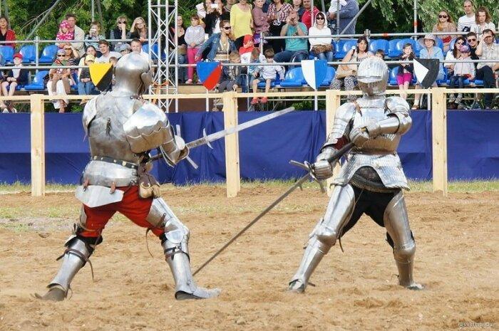 Полуторные и двуручные мечи в первую очередь предназначались для нанесения контузящего удара по человеку. |Фото: m.fishki.net.