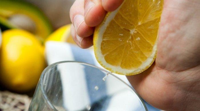 Выжать лимон в воду. |Фото: twitter.com.