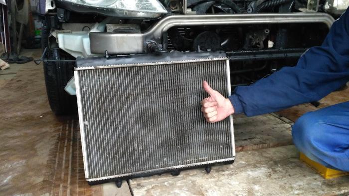 Лучше всего радиатор конечно снять. |Фото: drive2.ru.