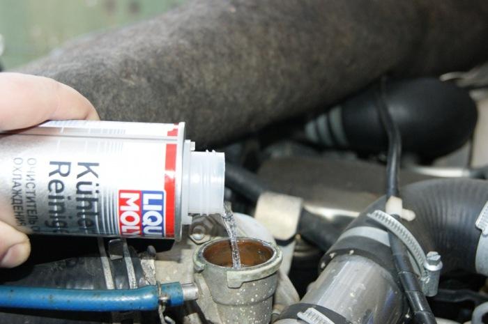 Промывку лучше всего делать специальными составами. |Фото: avtogide.ru.