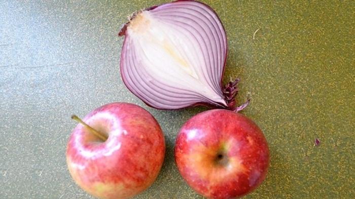Понадобится лук и яблоки. /Фото: yandex.ru.