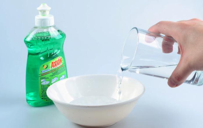 Понадобится вода и средство для посуды. |Фото: mblx.ru.