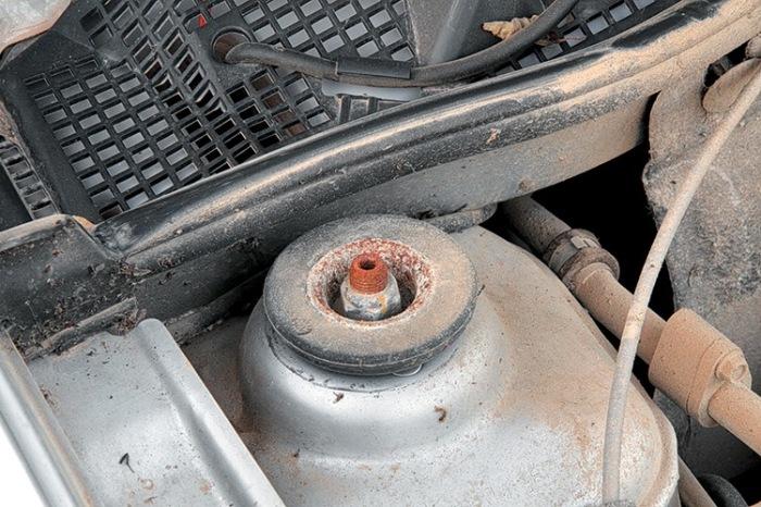 Откручиваем гайку штока. |Фото: drive2.com.
