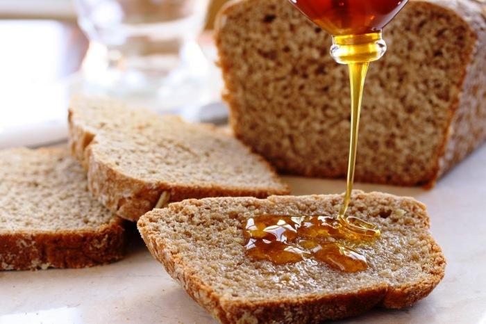 Налить мед на хлеб и посмотреть. |Фото: agronom.guru.