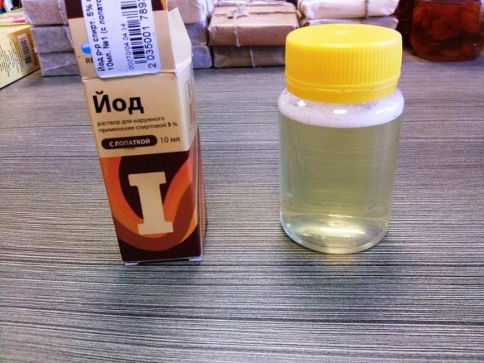 Разбавляем мед в воде и капаем йод. | Фото: 24medok.ru.