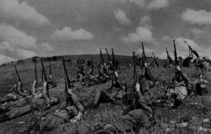 Стреляли по самолетам целыми подразделениями. |Фото: Яндекс.Коллекции.