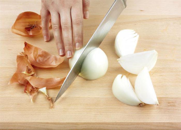 Разрезаем лук на половинки. |Фото: obustroeno.com.
