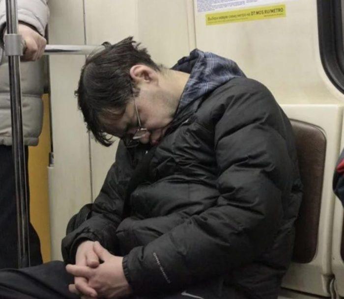 Не стоит спать в общественном транспорте. |Фото: livejournal.com.