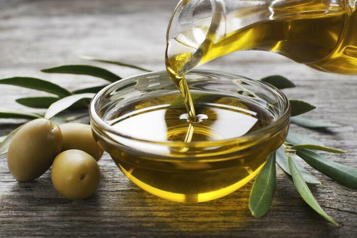 Добавляем оливковое масло.  Фото: cretoikos.com.