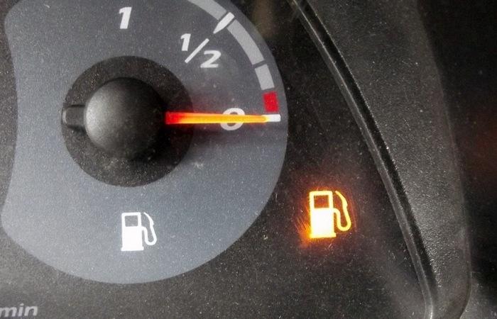 Действительно ли можно угробить мотор авто, если кататься на «лампочке»