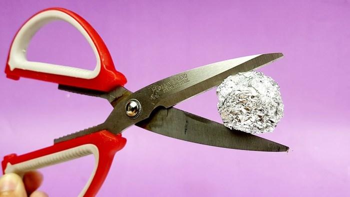Ножницы можно заточить фольгой. |Фото: sdelai-lestnicu.ru.