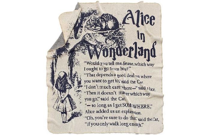Страница из Алисы в Стране чудес.