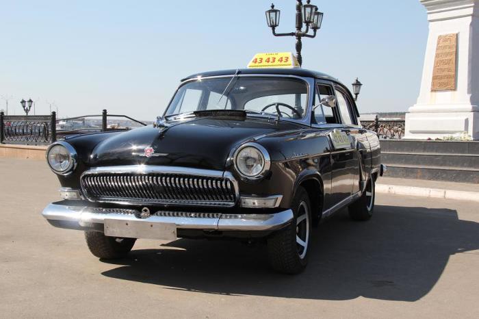 Черная машина выглядит стильно.
