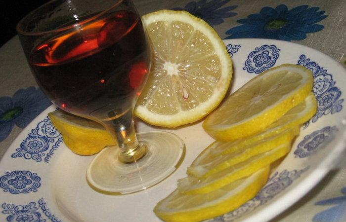 Закусывать коньяк лимоном: откуда взялся столь странный обычай