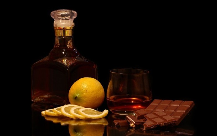 Обычно закусывают шоколадом. |Фото: vashnarkolog.com.