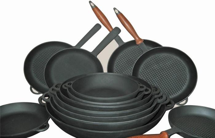 Кухонная утварь: железная сковорода.