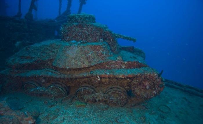 Каким-то образом под водой оказался танк.