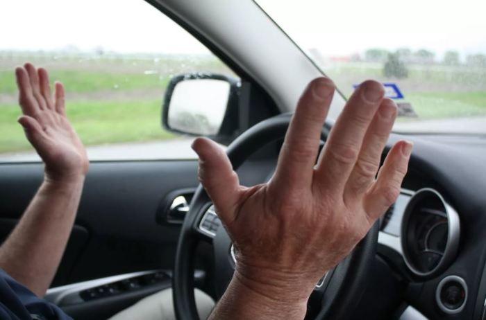 Если ведет в сторону - ехать нельзя. | Фото: drivenn.ru.