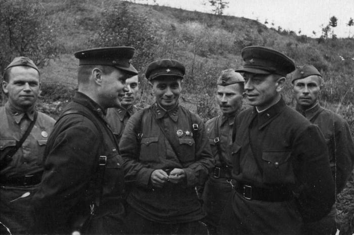 В 1941 году немцы долго удивлялись тому факту, почему простые советские солдаты не радуются расстрелам их офицеров и политработников. |Фото: waralbum.ru.