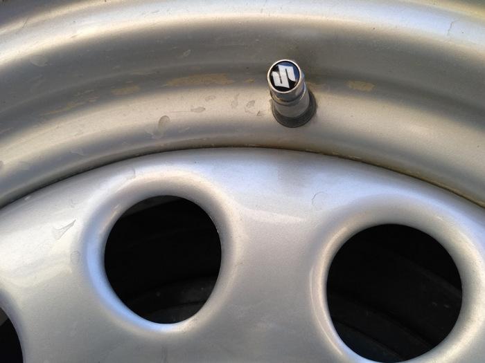 Металлический колпачок вентиля. |Фото: drive2.ru.
